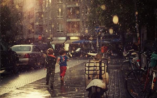 雨の街とはしゃぐ男の子たちの壁紙画像