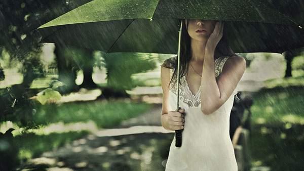 傘をさした女性の綺麗な写真