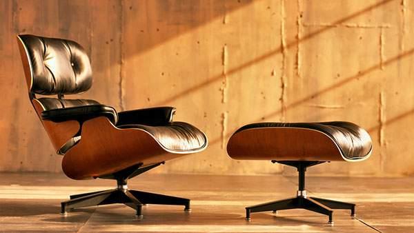 日が差し込む部屋に置かれたイームズ ラウンジチェア&オットマン