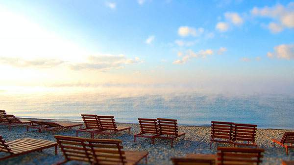 開放感たっぷりな海辺に置かれたベンチの壁紙画像