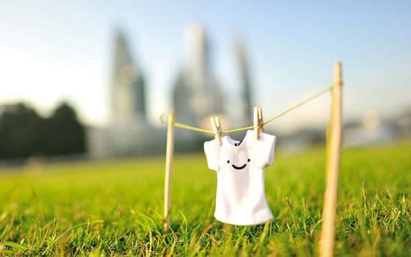 草の上で干したTシャツのかわいい壁紙画像