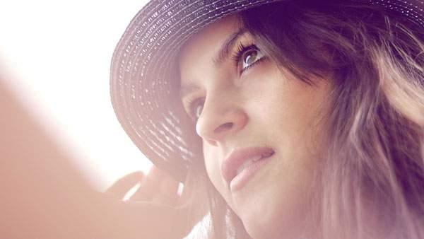 麦わら帽子をかぶった女の人の夏らしい写真壁紙