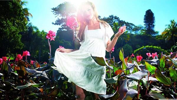 ワンピースを着た女性を逆光で撮影した夏らしい壁紙画像