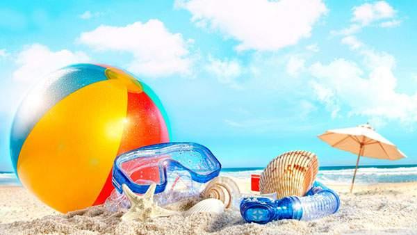ビーチボールや水中メガネに貝殻の夏感たっぷりの写真