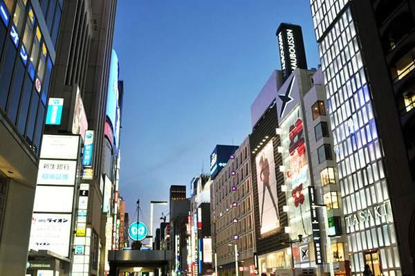 銀座中央通りの夜景