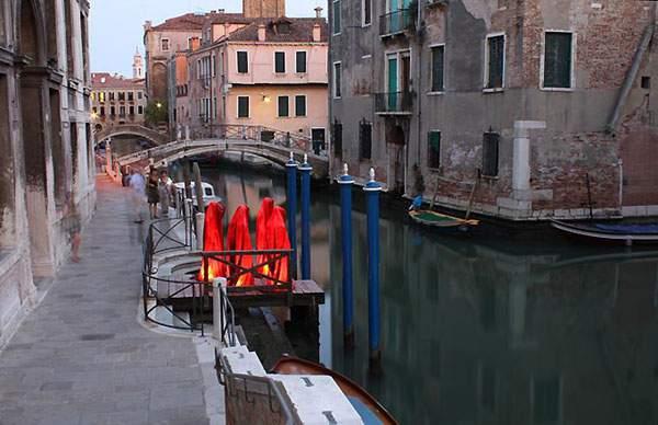 ヴェネチアの街を歩く守護霊達の彫刻 - 08