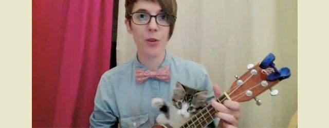 まさかの子猫とセッション!ウクレレ演奏中に起きたハプニングが可愛すぎて悶える