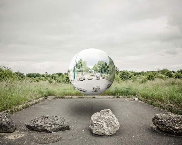 空中に浮かぶ球体の鏡をモチーフにしたシュールな写真 - 01