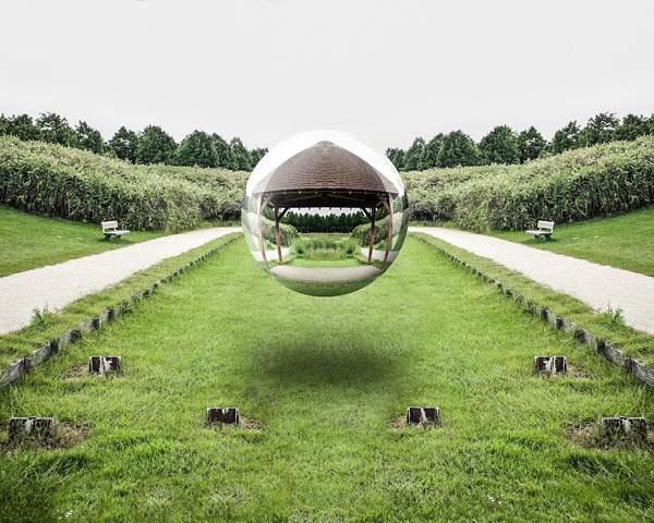 空中に浮かぶ球体の鏡をモチーフにしたシュールな写真 - 02