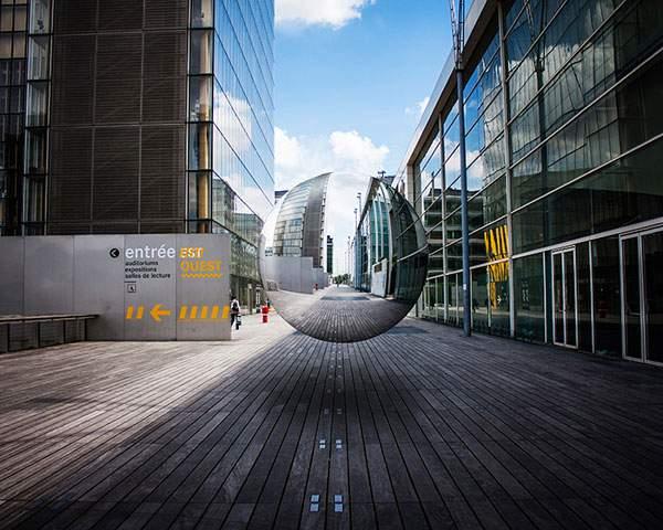 空中に浮かぶ球体の鏡をモチーフにしたシュールな写真 - 03