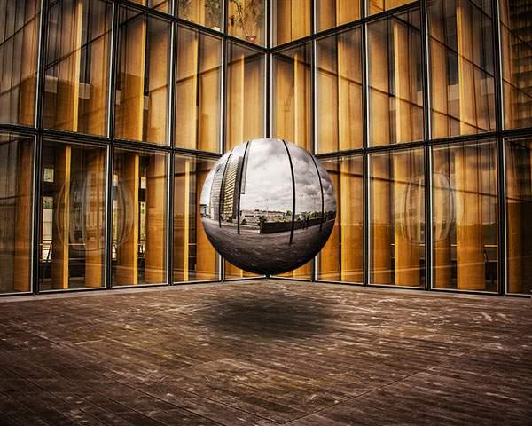 空中に浮かぶ球体の鏡をモチーフにしたシュールな写真 - 04