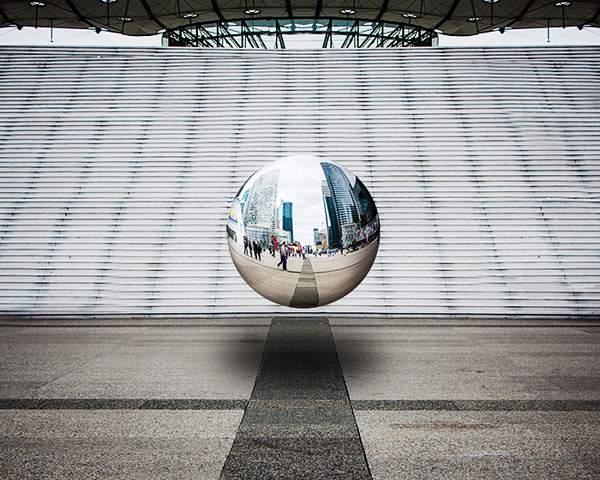 空中に浮かぶ球体の鏡をモチーフにしたシュールな写真 - 05