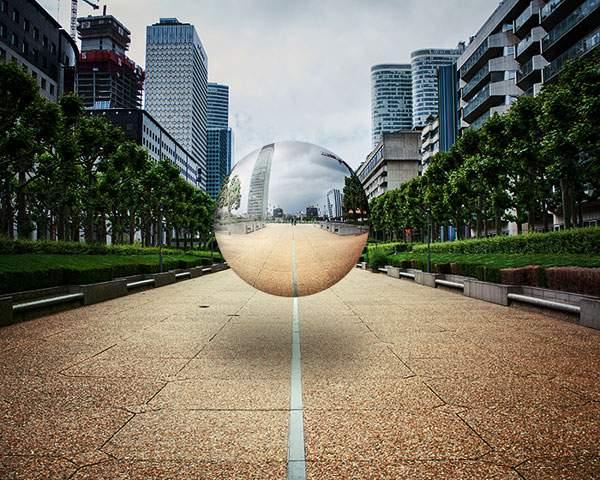 空中に浮かぶ球体の鏡をモチーフにしたシュールな写真 - 06