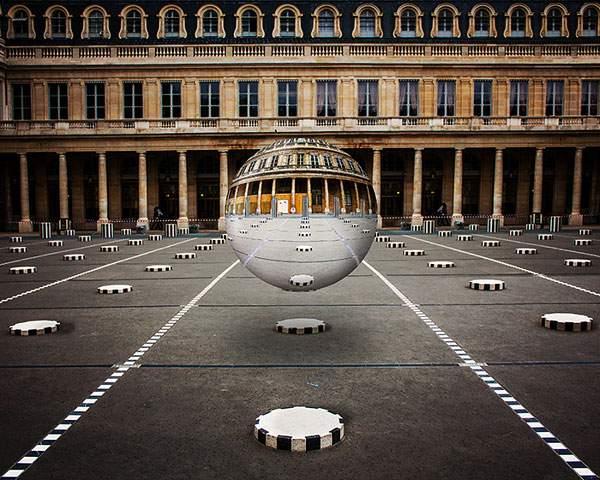 空中に浮かぶ球体の鏡をモチーフにしたシュールな写真 - 09