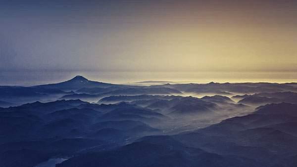 霞がかった山々を撮影した美しい景色の写真壁紙
