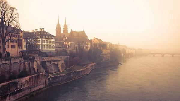 霧のかかったスイスの街並みの美しい写真壁紙画像