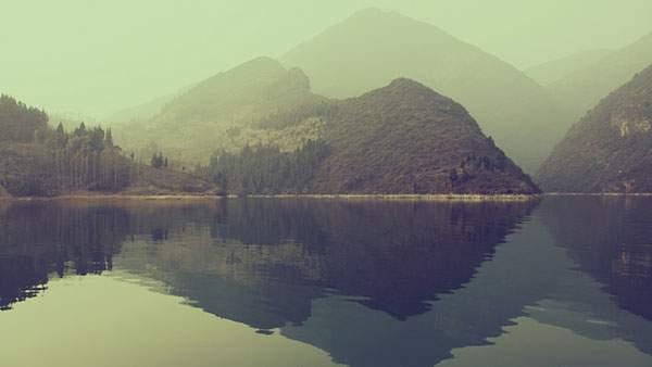 山の中の湖のほとりを撮影した美しい壁紙画像