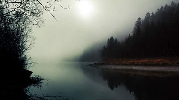 ぼんやりと霞がかった湖畔の綺麗な写真