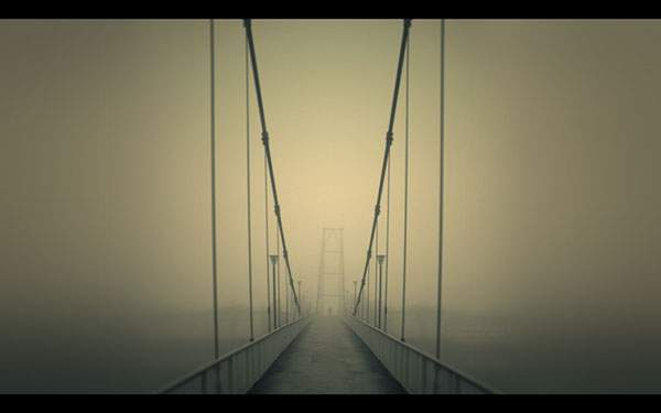霞がかったおおきな吊り橋を撮影した美しい写真壁紙