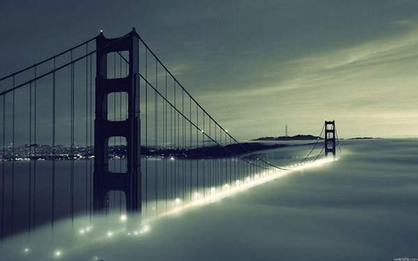 霧の中のゴールデンゲートブリッジの景色を撮影した美しい写真
