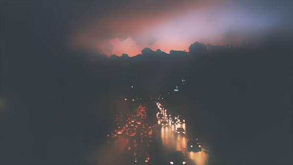 濃い霧に包まれた高速道路の写真壁紙画像