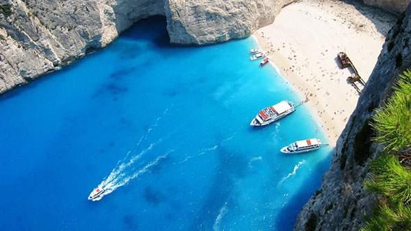 ザキントス島の砂浜と船を空から撮影した綺麗な写真