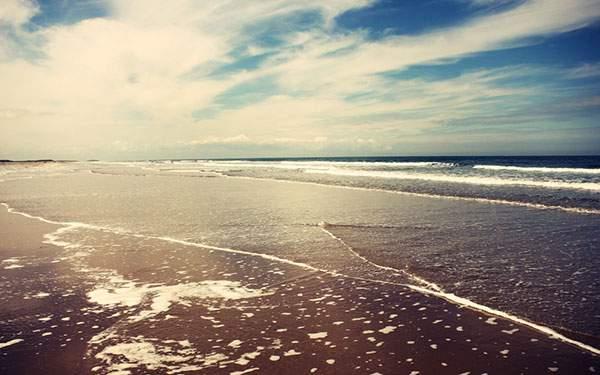 レトロな風合いの砂浜と空の綺麗な写真壁紙