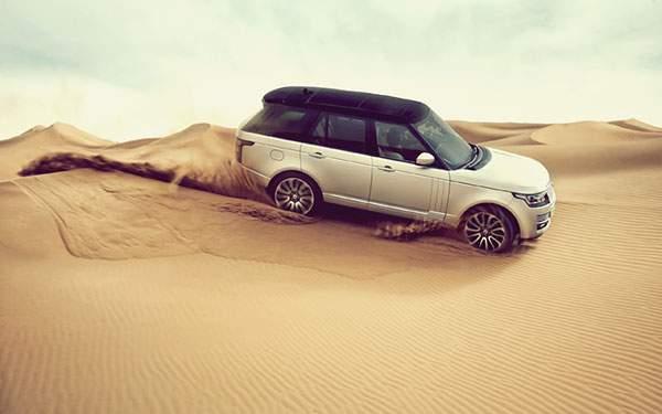 砂漠を走るランドローバーのクールな高解像度壁紙