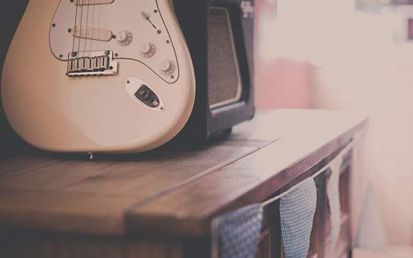 ボケ感や色合いがレトロチックなギターのある部屋の写真