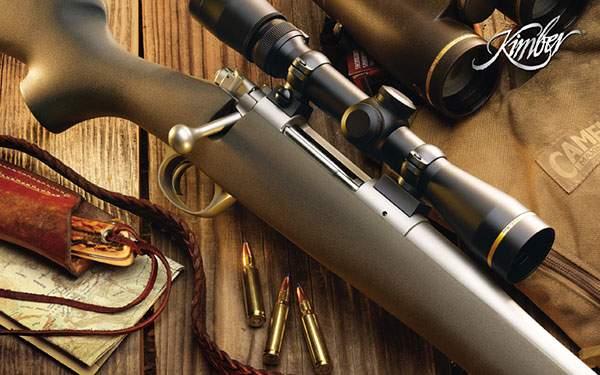 机の上に置かれたライフルと銃弾の高画質壁紙
