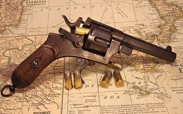 リボルバーと弾丸と世界地図