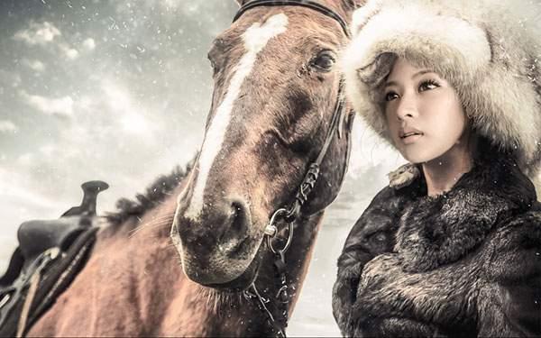 雪降る空と馬と女の子の綺麗な写真壁紙画像