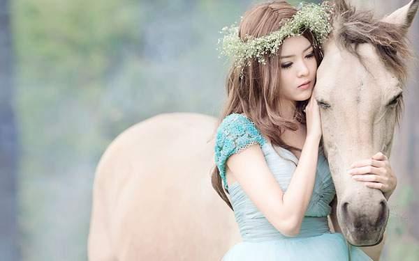 馬を撫でる花の冠を被った女の子を撮影した美しい写真壁紙