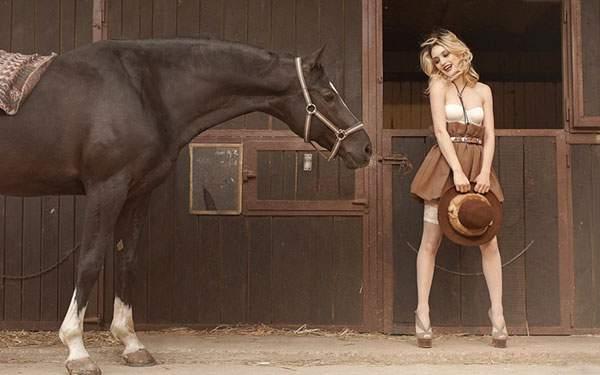 馬小屋の馬とブロンドの女性を撮影した美しい写真画像