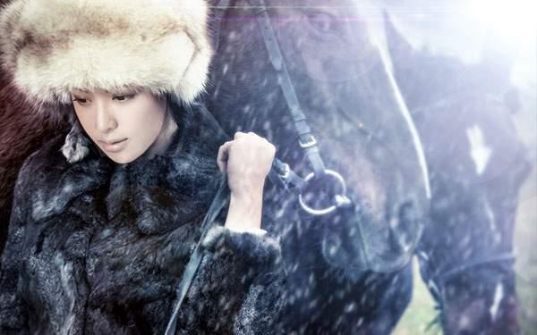 雪と馬とうつむいた女性の綺麗な写真壁紙