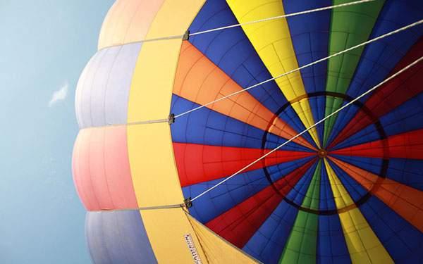 下から見上げた熱気球をアップで撮影したカラフルな写真壁紙