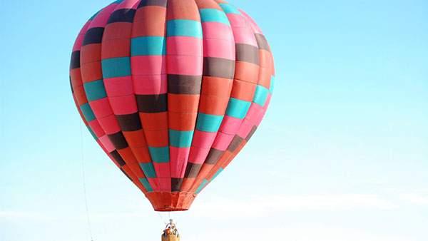 青空に映えるピンク色の熱気球の綺麗な写真壁紙