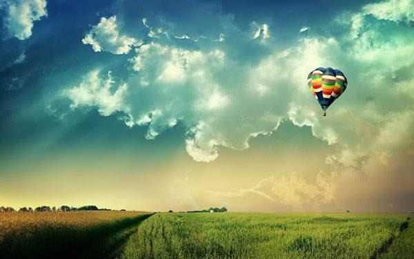 カラフルな気球と草原の風景をデザインしたグラフィックアート
