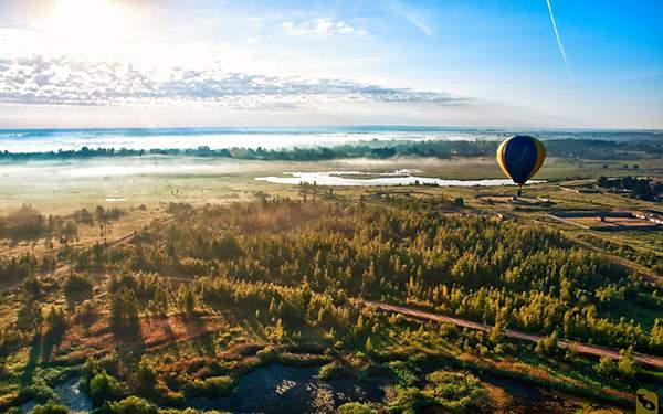 太陽を光を受けた気球を撮影した美しい写真壁紙