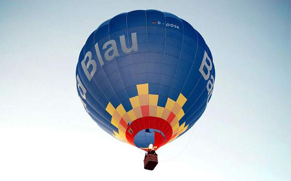綺麗なブルーの熱気球と空を撮影した写真