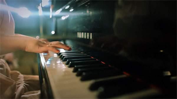 ピアノを弾く指先の写真壁紙(ヤマハ)