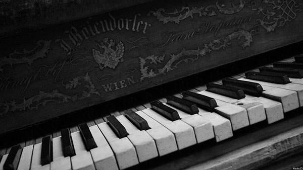 錆びれたピアノのクールのモノクロ写真