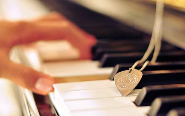 綺麗なボケのピアノを弾く手元アップの高画質壁紙