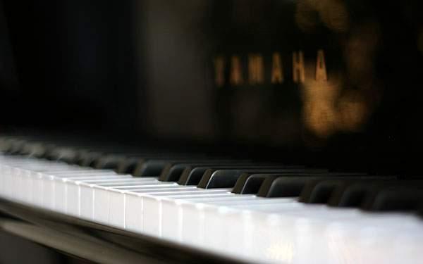 アップで撮影したヤマハのピアノの壁紙画像