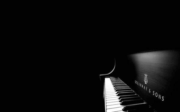 余白をたっぷり取った構図のスタインウェイのピアノの壁紙