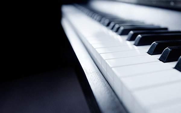 青みがかった黒がクールな雰囲気のピアノの写真壁紙