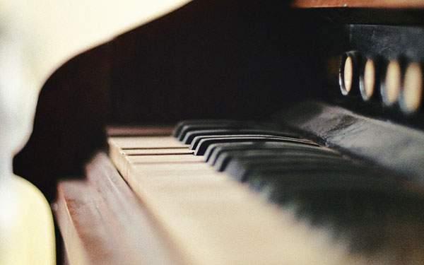 ノイジーな雰囲気がおしゃれなピアノの写真壁紙