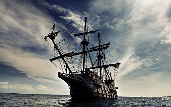 大海原を進む海賊船の高解像度な写真壁紙