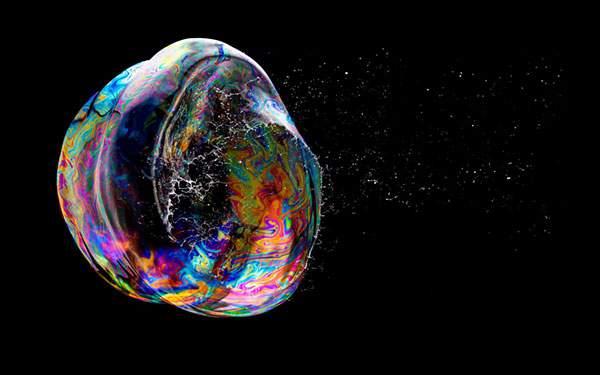 破裂する瞬間のシャボン玉をアップで鮮明に撮影した写真