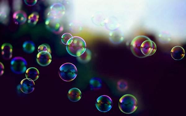 虹色に輝くたくさんのシャボン玉を撮影した綺麗な写真